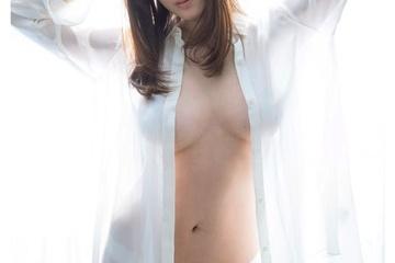 葉加瀬マイの透けた乳首と素っ裸