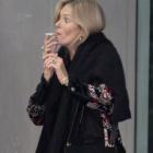 『【タバコを回し吸いの姐さん…!?】ケイト・モスと恋人のニコライ・フォン・ビスマルクがロンドンでお出かけ!Kate Moss and Nikolaj Von Bismarck step out in London』の画像