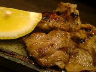 【悲報】ニートわい、仏壇への御供物に豚肉弁当を選んでしまう