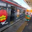 長野県のご当地キャラのラッピング電車運行
