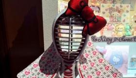 【日本の商品】  剣道着に 家電 エアコン ドラム ベース テニスラケット。 これ全部 「ハローキティ」製品で びっくり!   海外の反応