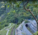 台湾脱線事故、少なくとも36人が死亡。車輛がトンネルに突っ込み救助難航