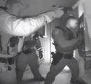 風邪で熱を出した子供の家に銃を構え防弾チョッキと盾で武装した警官隊突入 子供を連れ去る事案発生