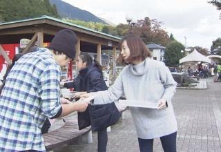 【山梨】キャンプ場で女児不明 道志村の道の駅で、美咲さんの母親や友人らがチラシ配布 ボランティアによる捜索は中断中