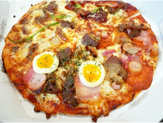 ピザも肉も食べたい人に!「ドミノピザ」の肉盛りピザ!