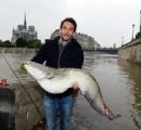 【画像】大物釣れた!大雨で氾濫のセーヌ川 フランス