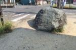 郡津東交差点のところに『ナゾの大きな石』がある!~触られすぎてちょっとツルツルになってきてる~