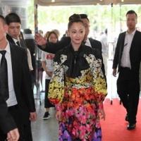 沢尻エリカ、グッチのドレス姿で現地ファン魅了!上海国際映画祭で「猫は抱くもの」公式上映