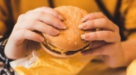 【ロシア】断食中にマックCMに負けてハンバーガー食べた女性信者、宗教心を侮辱されたとして損害賠償訴訟へ