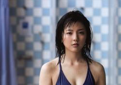 真野恵里菜ちゃんがハイレグ水着で毛の処理が大変そう!前日にお風呂場で処理するのかな・・・