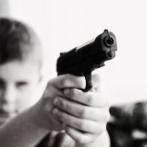 【悲報】ビデオ会議中の母親が2歳の息子にヘッドショットされ死亡。父親が逮捕される・・・