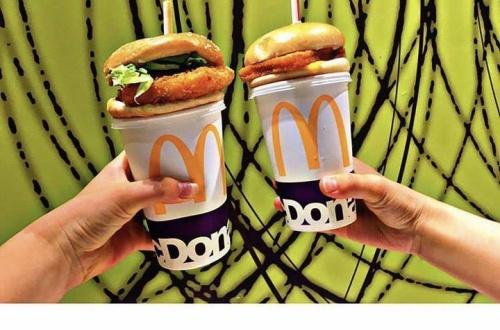 【悲報】陽キャ達がマクドナルドの新しい食べ方を開発wwwwwwwwwのサムネイル画像