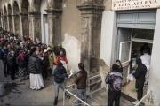 【画像】 イタリア 無料配給に並ぶ人たちをご覧ください