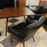 『正方形のウォールナット材テーブルにLDチェア・D418WAをセット』の画像