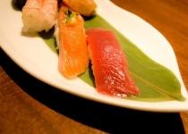 【悲報】ワイのトッモ、何も付けずに寿司を喰らいやがる