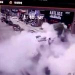 【動画】中国、また子供が道路の穴に爆竹を突っ込み爆発!地面が吹っ飛ぶ大爆発! [海外]