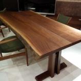 『SWINGのブラックウォールナット材の一本木からの2枚接ぎ合わせダイニングテーブル』の画像