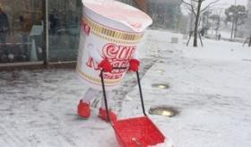【日常】   日本に雪が降ったことでの 奇跡の1シーン!  日清カップヌードルが 除雪作業をしているぞwwwwwww   海外の反応