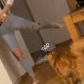 ネコの前でお姉さんが足を後ろに上げた。クイっとストレッチ♪ → 猫はこうした…