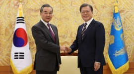 【写真】中国の王毅外相、文在寅に無理やり握手させられて茫然自失wwwww