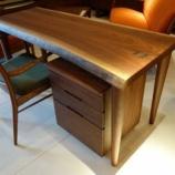 『【2013年ボーナスセール・私の「気になる家具」】 飛騨高山のSWINGよりブラックウォールナット材・一枚板デスクセットが入荷』の画像