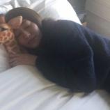 『可愛いキリンのぬいぐるみとお昼寝する玲香さんからのお目覚めカメラ目線の玲香さんw【乃木坂46】』の画像
