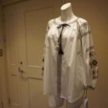 『DUAL VIEW(デュアルヴュー)タッセル付きフォークロア刺繍ブラウス』の画像