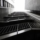 『バイトをさぼってた私がビルの非常階段で見たもの「吊るされた人」』の画像