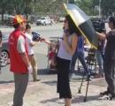 水害現場に日傘を差しサングラスを着けた女性記者に非難殺到 中国