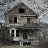 『【呪われた家の話】白い壁の大きな窓がある家』の画像