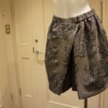『N°21(ヌメロ ヴェントゥーノ)風景刺繍ミニ丈コクーンスカート』の画像