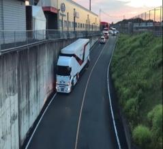 海外「日本のトラックドライバーはレベルが違う!」立体交差に入っていく日本の牽引トラックの運転を見た海外の反応