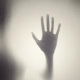 『【とり憑き】ガラス戸の向こう側に立つ男の本当の恐怖』の画像