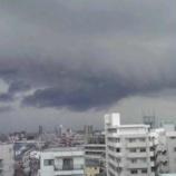 『空に浮かんだ黒い雲』の画像