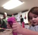 女の子が小学校に提出する動画を撮影 後ろでパパがダンス→そのまま提出されてしまい世界中に大拡散