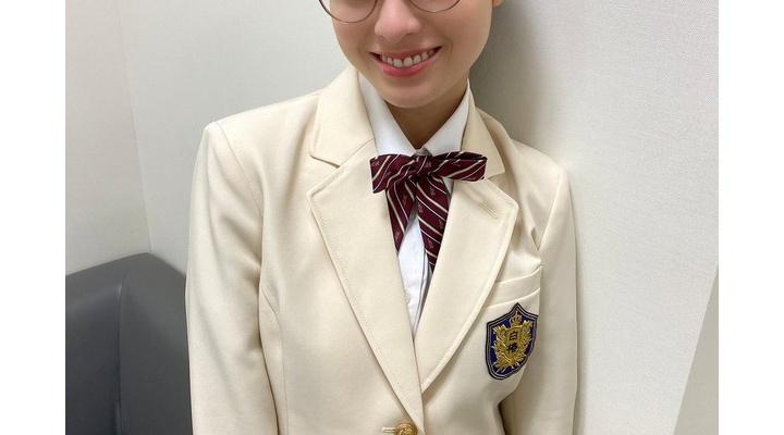 【画像】橋本環奈、メガネ×白ブレザーの可愛すぎる高校生姿を披露「セーラーもブレザーもまだまだ余裕ですね」
