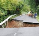 道路が崩落、車ごと転落…郵便配達中の男性重傷  鳥取