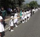 花嫁の「長さ3.2キロのサリー」運びに子ども250人、権利侵害の疑いで調査