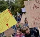 携帯電話ばかりいじる親たちに対して子どもたちが警告のデモ ハンブルク