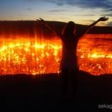 『地獄の門で、50年間燃え続ける炎の熱気を感じる!』の画像