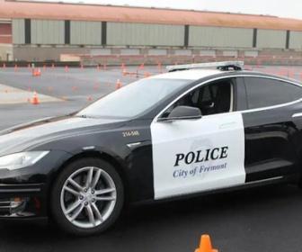 【米国】テスラの電気自動車パトカー容疑者追跡中に電池切れ-犯人逃がす