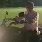 【動画】フィリピン、ドゥテルテ親分がバイクをノーヘルで乗り回し転倒?ケガ! [海外]