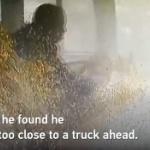 【動画】中国、高速バス運転手が「ながらスマホ運転」でクラッシュ!監視カメラ映像 [海外]