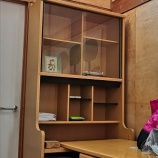 『【実家片付け】廊下に一時置きした古い勉強机』の画像