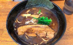 """""""真っ黒なスープ""""のラーメンを味わう"""