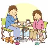 『【クリップアート】ドッグカフェでお茶する男女と犬のイラスト』の画像