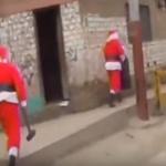 """【動画】ペルー、""""サンタクロース""""が麻薬密売人のアジトを襲撃!4人を逮捕! [海外]"""