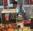 13歳少年が無許可でホットドッグ店を営業 →市衛生局が許可取得を全面支援へ