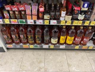 外国人「日本でウイスキーが4リットルのペットボトルで売られてた…」