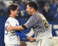 【阪神】藤川 横浜でも惜別セレモニー 一塁ベンチ前で大和と抱擁